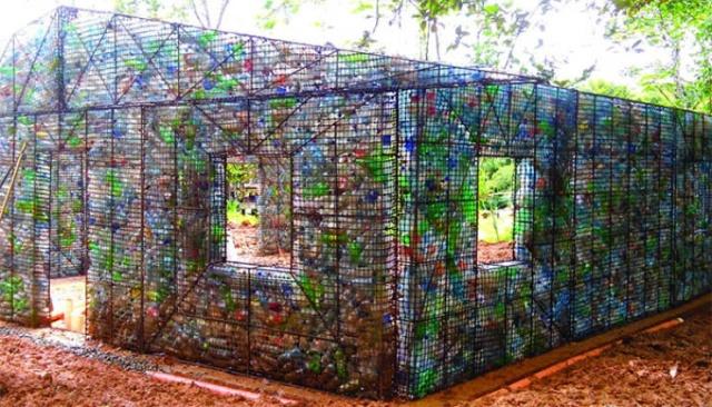 Po zebraniu ponad miliona sztuk plastikowych butelek Robert Bezeau wpadł na niecodzienny pomysł. Postanowił on zbudować całą wioskę z plastikowych butelek.