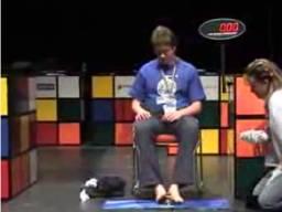 Mistrz świata w układaniu kostki Rubika NOGAMI