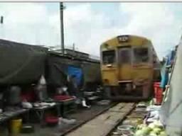 Pociąg, który przejeżdża przez bazar