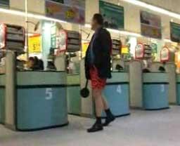 W bokserkach do supermarketu