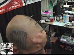 Koleś z implantami czaszki