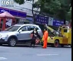 Kobieta rozprawia się z pomocą drogową