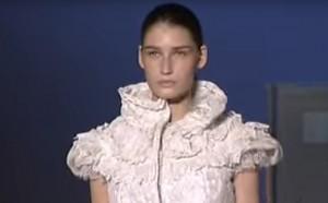 Transformujące sukienki na pokazie mody