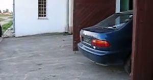Honda Civic wyjeżdża z garażu