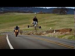 Wariat na wiatrakowcu kontra motocyklista