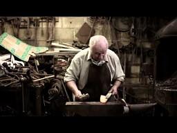 84-letni kowal - wciąż kocha to co robi