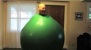 Facet w wielkim balonie