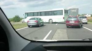 Zawracanie autokarem z dziećmi na trasie szybkiego ruchu