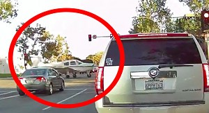 Kamerka samochodowa zarejestrowała jak na ulicy ląduje mały samolot