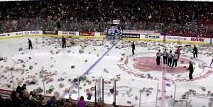 Lawina pluszowych misiów na meczu hokeja
