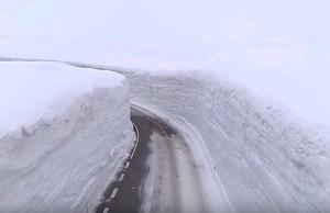 Śnieżny wąwóz na drodze w Japonii