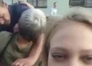 Dziewczyna chciała zrobić sobie selfie. Przeszkodzili jej mistrzowie drugiego planu