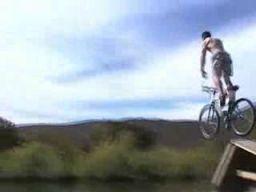 Skoki rowerem z klifu 2