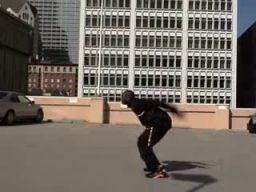 Kobe Bryant skacze nad rozpędzonym Aston Martinem