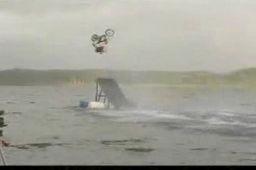 Hydro backflip na motocyklu