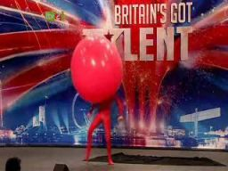 Facet z wielkim balonem - Britains Got Talent