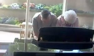 Staruszkowie dorwali się do pianina