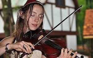 Ładna pani gra na skrzypcach