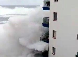 Fale na Teneryfie sięgnęły trzeciego piętra hotelu