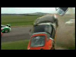 Kamerzysta twardziel kontra latające Porsche Carrera