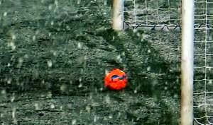 Kuriozum w Bundeslidze! Strzał do pustej bramki zablokowany przez... śnieg