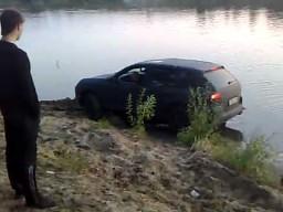 Porsche Cayenne w bagnie