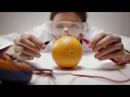Neon zasilany pomarańczami