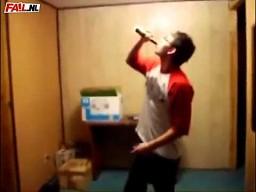 Rozbijanie butelki na głowie