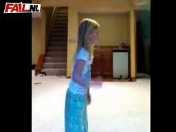 Dziewczynka kontra duża piłka