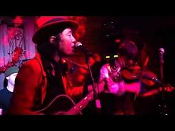 Japoński zespół występujący w USA, w bułgarskiej knajpie i na dodatek śpiewający po polsku