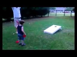Dziecięcy mistrz w rzucaniu woreczkami