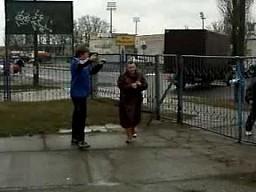 Babcia próbuje sforsować furtkę