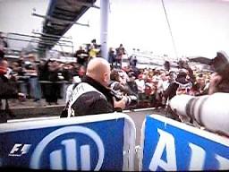Mark Webber podwozi Fernando Alonso