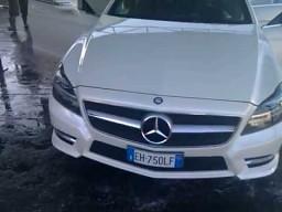 Idiota myje Mercedesa
