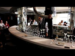 Uzdolniony barman