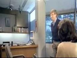 Bill Gates skacze nad krzesłem