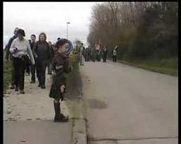 Chłopiec z Belgii salutuje kanadyjskim żołnierzom