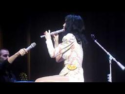 Katy Perry gra na flecie
