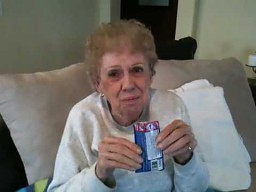 Staruszka i strzelające w buzi cukierki