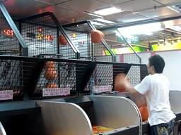 Azjata przy automacie do koszykówki