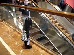 Grzeczna dziewczynka w centrum handlowym