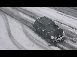 Kierowcy w Seattle kontra śnieg na ulicach