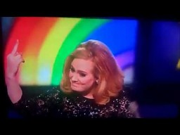 "Adele pokazuje ""fakera"""