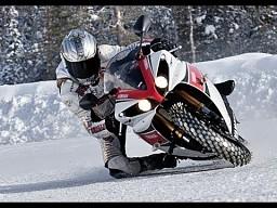 Motocykle kontra samochody na śniegu