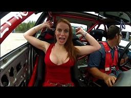 Dziewczyna podczas driftu