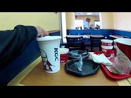 Jak duże napóje podają w amerykańskich KFC?