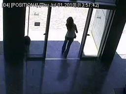 Dziewczyna kontra drzwi automatyczne