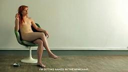 Siedzę naga w fotelu