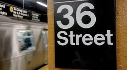 Trollujące schody na stacji metra w Nowym Jorku