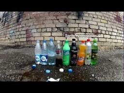 Mentos kontra napoje w butelkach